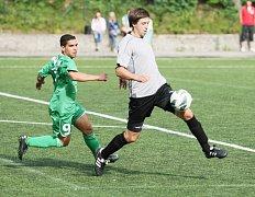 BOŘEK POŽIVIL z mužstva VTJ Rapid Liberec (vpravo) uniká ve včerejším pohárovém duelu Milanu Červeňákovi, autorovi dvou novoborských gólů (číslo 9).