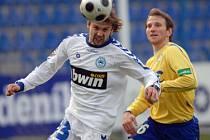 Petr Papoušek (na snímku v bílém v souboji s teplickým Junem) je příkladem fotbalisty, který to ze sportovní školy dotáhl až do nejvyšší soutěže.