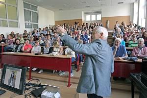 Univerzita třetího věku při TUL za časů, kdy se smělo do poslucháren.