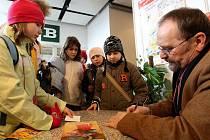 AUTOR DĚTSKÝCH KNIŽNÍCH PŘÍBĚHŮ JIŘÍ ŽÁČEK se na loňském Veletrhu dětské knihy podepisoval malým milovníkům jeho knížek. Letos představí svou knihu Krysáci, kterou děti znají ze stejnojmenného televizního večerníčku.