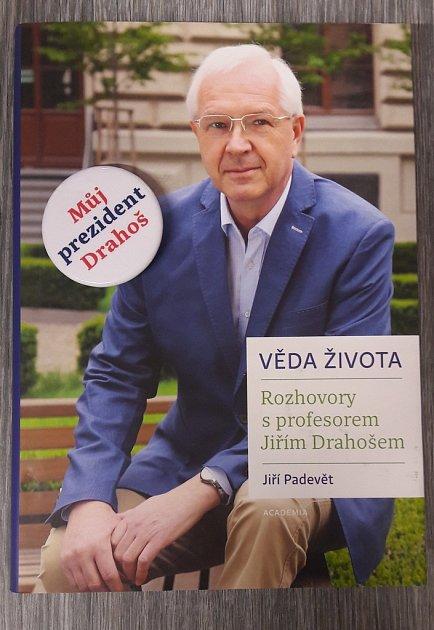 Kniha Jiřího Drahoše a volební placka.