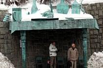 SNÍDANĚ OBRŮ. Socha umělce Davida Černého stojí v Liberci pod Šaldovým náměstím již od roku 2005. Zastávka je plně funkční součástí městského mobiliáře.