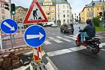 ODBOČIT ČI NEODBOČIT? Hamletovskou otázku si pokládají mnozí řidiči na Šaldově náměstí v Liberci. Značka jim přikazuje odbočit, což by mohlo způsobit nehodu. Pokud jedou rovně, dopouští se přestupku. Většina řidičů ale dává na zdravý rozum a jede rovně.