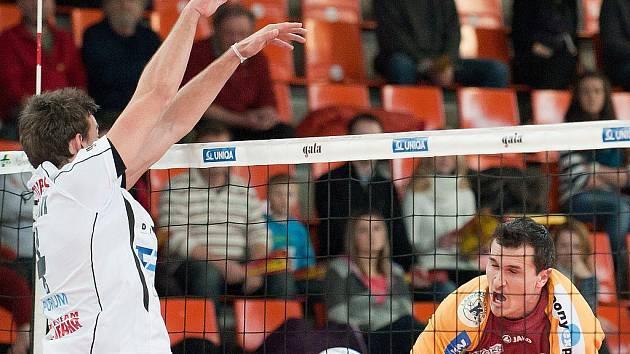 PŘÍBRAMSKÝ Michal Finger (vlevo) tentokrát úspěšně zablokoval útok libereckého Martina Ticháčka. Nakonec Dukla ve strhujícím duelu vyhrála 3:2.