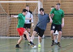 Každou neděli se v tělocvičně ZŠ Barvířská v Liberci hraje malý fotbal za účasti 12 mužstev.