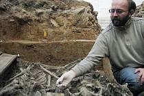 Na Nerudově náměstí opět kopají. Dohlíží na to i archeologové, kteří tam našli kosterní pozůstatky.