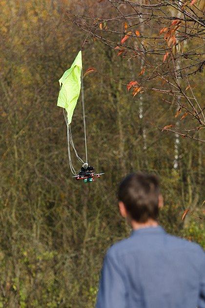 testování dronu spadákem.