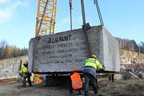 V neděli 25. listopadu vynesli z ruprechtického lomu v Liberci rekordní kámen o váze sto tun.