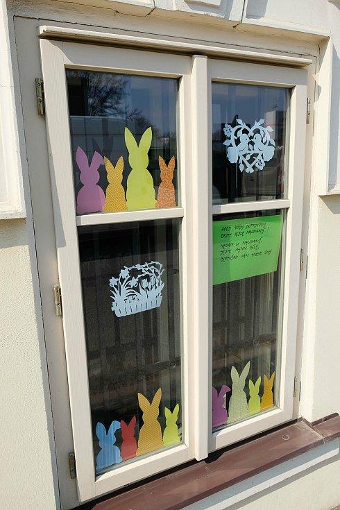 V oknech je k vidění jarní a velikonoční výzdoba včetně koled.