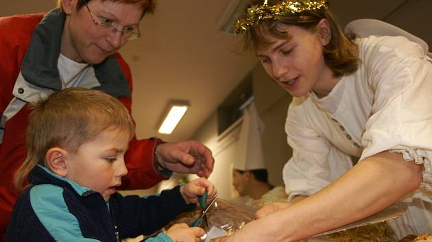 Patrik Šprysl se svou babičkou vyrábí vánočního anděla z lýka.
