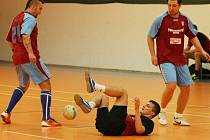 OKRES SE NEHRAJE V RUKAVIČKÁCH. Na zemi je zfaulovaný Matěj Werner, hráč týmu Zlej Se(n) v utkání s FC York Liberec. Matěj vstřelil dvě branky a přispěl k výhře 5:3.