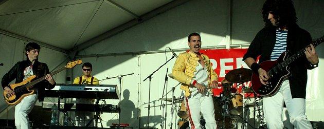 JEDNI ZNEJLEPŠÍCH. Revival Queenie zPrahy je nejuznávanější cover band Queen vEvropě.