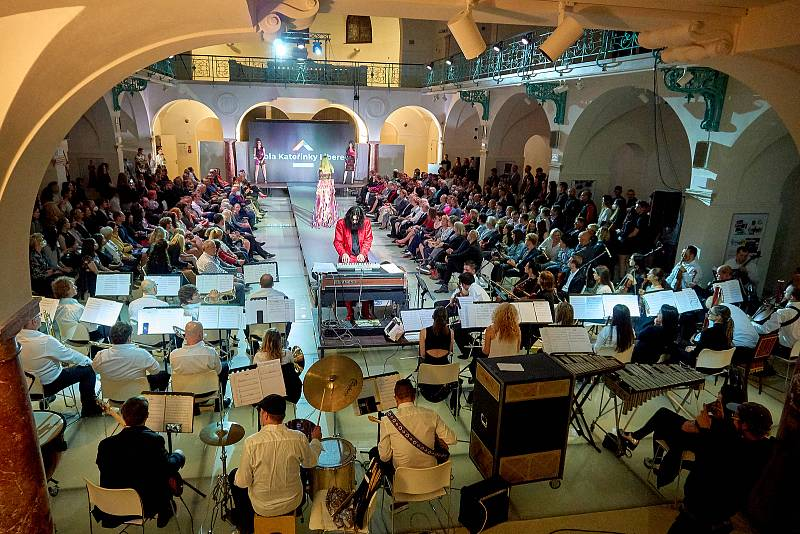 Slavnostní galavečer s módní přehlídkou na živou hudbu Okamžitého filmového orchestru Varhana Orchestroviče Bauera v Oblastní galerii Liberec.