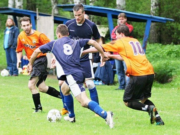 STRÁŽ NAD NISOU PORAZILA LOMNICI 1:0. S míčem u nohy je domácí Drašner (8), jehož sleduje spoluhráč Vogt.