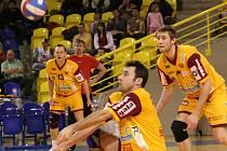 Ani nezměrná snaha nestačila volejbalistům Dukly v Opavě k úspěchu. Zleva Dalibor Polák, Petr Pešl (na příjmu) a Filip Nesvačil.