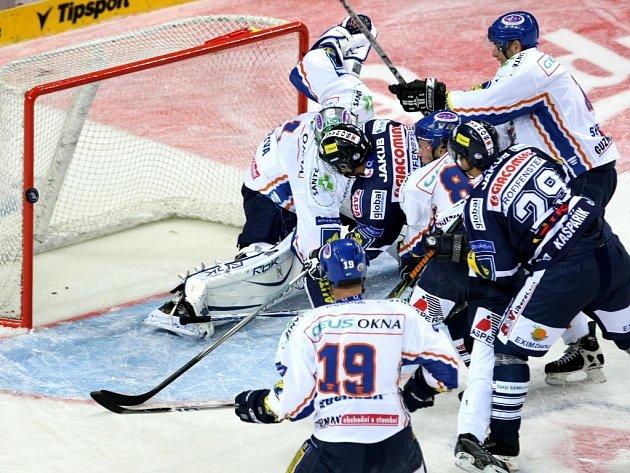 První zápas letošní hokejové extraligy Bílí Tygři Liberec vs. Geus Okna Kladno.