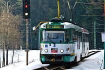 METR ŠIROKÁ TRAŤ. Přestože po Liberci už jezdí tramvaje v širším rozchodu 1435 milimetrů, mezi Libercem a Jabloncem se stále jezdí v dnes už zastaralém metrovém rozchodu.