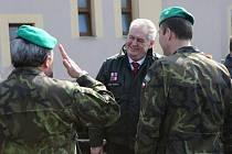 Prezident Miloš Zeman v libereckých kasárnách.