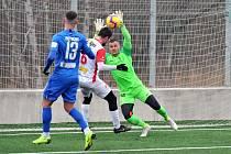 Fotbalisté Liberce remizovali v přípravě s Pardubicemi 1:1. Liberecký brankář Knobloch likviduje šanci hostů.