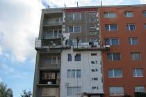 Dům s opravovaným balkonem.