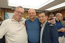 Pavel Brycz (uprostřed) společně s autorem bestsellerů Jonasem Jonassonem a Kenichim Abem.