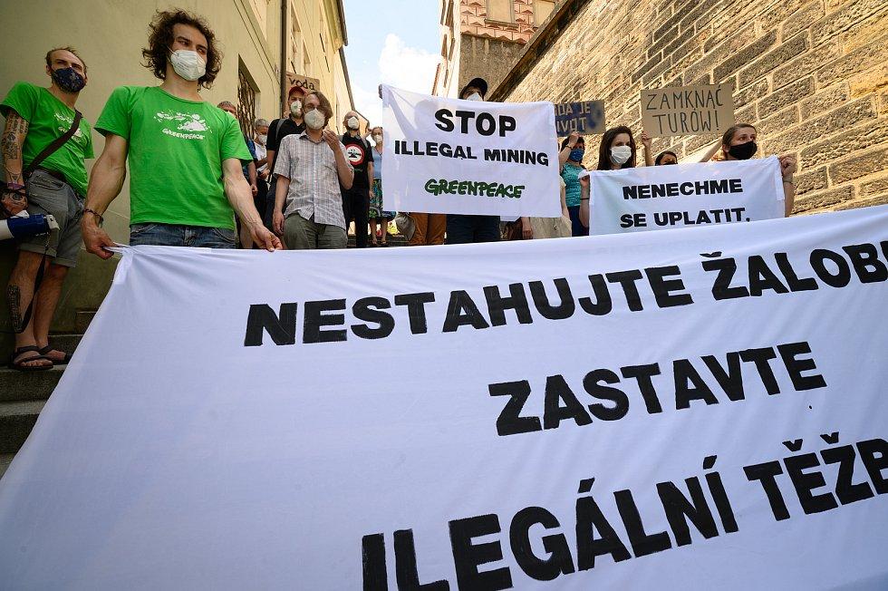 Několik desítek lidí se zúčastnilo protestního pochodu z pražského Klárova k Hrzánskému paláci.