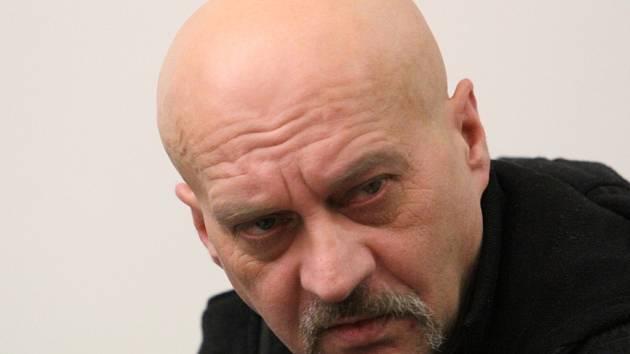 KORUPCE V RÝNOVICKÉ VĚZNICI. Bývalý vězeň Zdeněk Opatrný měl podle obžaloby ve věznici uplácet dvojici vychovatelů.