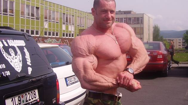 RADEK LONC. To je doslova hora svalů v akci.