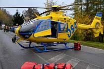Vrtulník Letecké záchranné služby z Liberce u dopravní nehody.