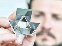 ŠPERK z Turnova nemusí být jen granát. Na snímku Martin Pouzar a jeho kolekce inspirovaná geometrií. Dole organizátor sympozia Miroslav Cogan a Australanka Helen Britton.