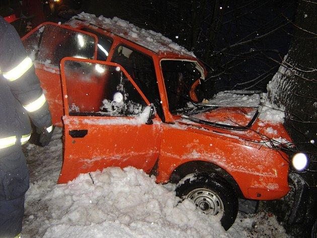 Řidič osobního vozu Škoda 120, který narazil do stromu u silnice v Košťálově.