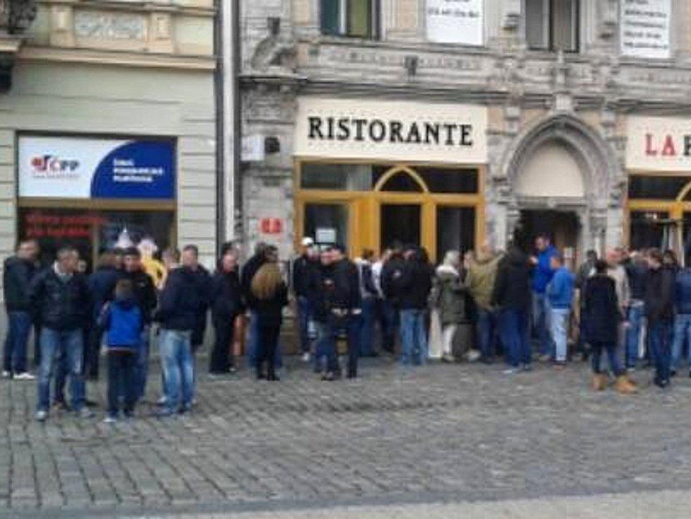 Fanoušci Groningenu na náměstí v Liberci.