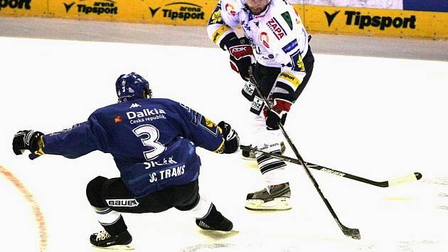 Zkušený hokejista pomohl v úvodu sezony Bílým Tygrům. Na snímku (v bílém dresu) z utkání s Vítkovicemi objíždí ostravského Sičáka.