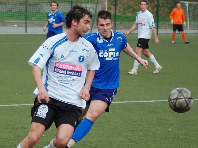 Ruprechtice - Velké Hamry 0:0. V modrém ruprechtický Lukáš Pour, v bílém hamerský Pavel Bursa.