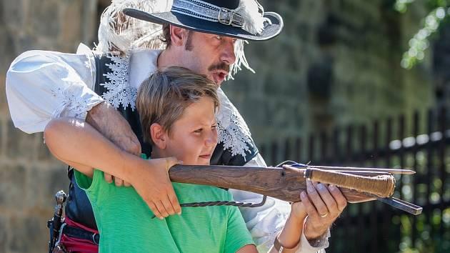 Dobové hry a soutěže pro malé i velké děti proběhly 7. srpna na hradě Valdštejn v Turnově.