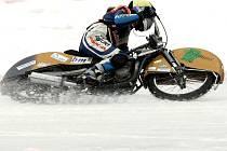 LEDOVÁ TŘÍŠŤ ZA MOTOCYKLEM. To je typický obrázek z ledové ploché dráhy. SK Osečná má závodníky na velmi dobré úrovni, když duo Pecina – Volejník (na snímku) vyhrálo mistrovství republiky dvojic.