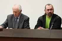 OBŽALOVANÝ ROBERT DLOUHÝ (na snímku vpravo) u soudu tvrdí, že nikdy po manželovi unesené ženy peníze nechtěl.