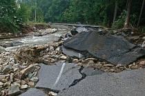 Silnice poničená povodní.