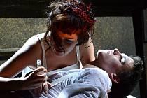 TOMÁŠ VÁHALA A KAROLÍNA BARANOVÁ jako Romeo a Julie v nastudování libereckého souboru činohry.
