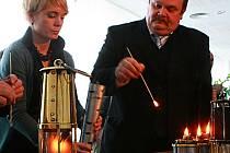 POPRVÉ V HISTORII PLANE V ČESKÉ REPUBLICE OLYMPIJSKÝ OHEŇ. Pochodní, která dorazila z Řecka do Liberce i s lucerničkami, jež putovaly také do Jablonce nad Nisou a Kořenova, bude zažehnut hlavní olympijský plamen v průběhu zahajovacího ceremoniálu EYOWF .