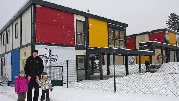 NOVÁ KONTEJNEROVÁ ŠKOLKA ve Věkově ulici v Liberci. Jednotlivé moduly jsou zakryty plachtami s obrázky, které nakreslili žáci liberecké školy Sokolovská.