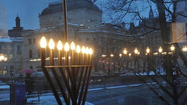 CHANUKOVÝ SVÍCEN V LIBERECKÉ SYNAGOZE letos svítil od 1. do 8. prosince. Po jeho zhasnutí si Židé ustrojili stromečky.