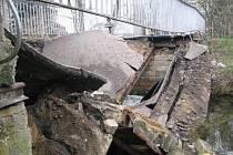 Ve Vratislavicích se propadl most přes řeku Nisu.
