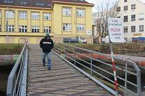 HOJNĚ UŽÍVANÝ mostek ke krajskému úřadu už se brzy zavře.