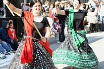 Diváky bavily na slavnostním zahájení festivalu před libereckou radnicí také orientální tanečnice Shareefa.