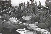 HITLER OSOBNĚ projel zabrané Sudety. Předcházela tomu propaganda vedená Konradem Henleinem (na snímku vpravo vedle Hitlera). Ačkoliv byl Hitler vegetariánem, při setkání pojedl ze společné várnice se svými vojáky.