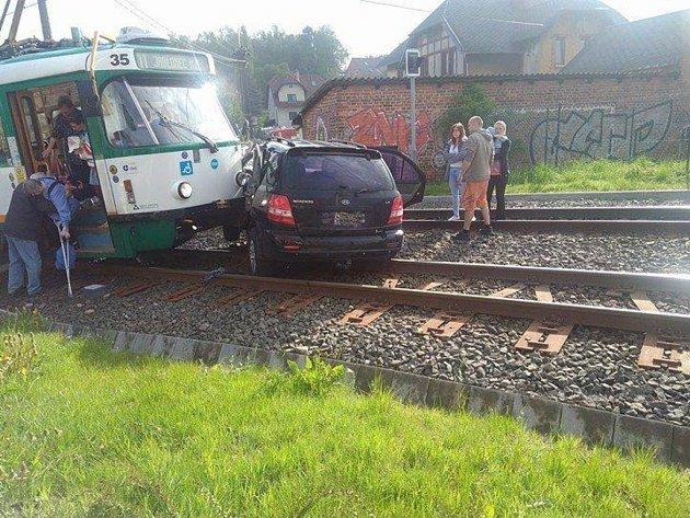 Auto vjelo do kolejiště tramvaje.
