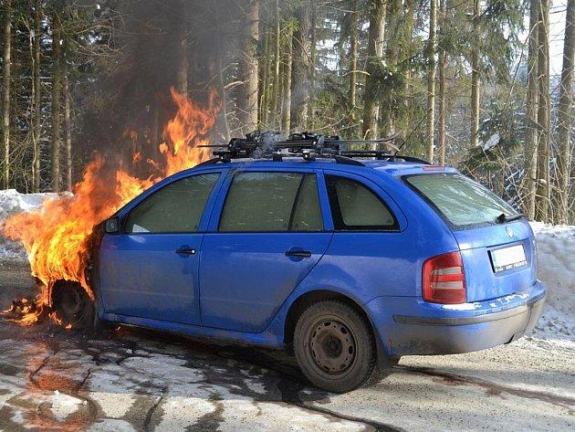 ŠKODA FABIA začala hořet během jízdy. Celá posádka se dostala včas z vozu a vyvázla bez újmy.
