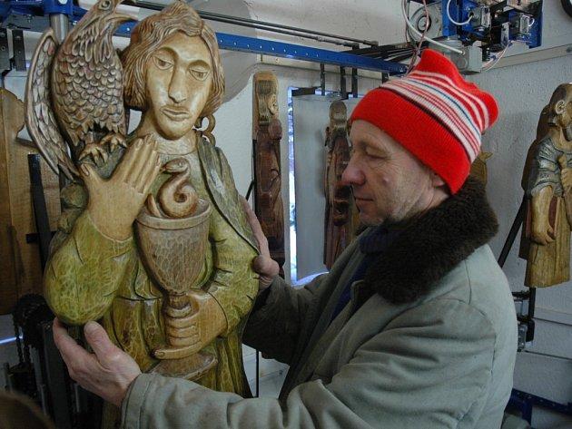 APOŠTOLOVÉ NA SVÉM MÍSTĚ. Konstuktér mechaniky orloje Jiří Ottmar upevňuje dřevěné figury apoštolů. Z lipového dřeva je vyřezal liberecký výtvarník Václav Plechatý.