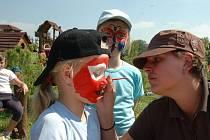 ŠTASTNÁ ZEMĚ. Svůj název nezískal areál pro děti rozkládající se na pozemku téměř sedmi hektarů nadarmo. Stačí se podívat na jeho návštěvníky. O zábavu tu mají postaráno nejen děti. Vyřádit se tu mohou i dospělí. Například už tuto sobotu.
